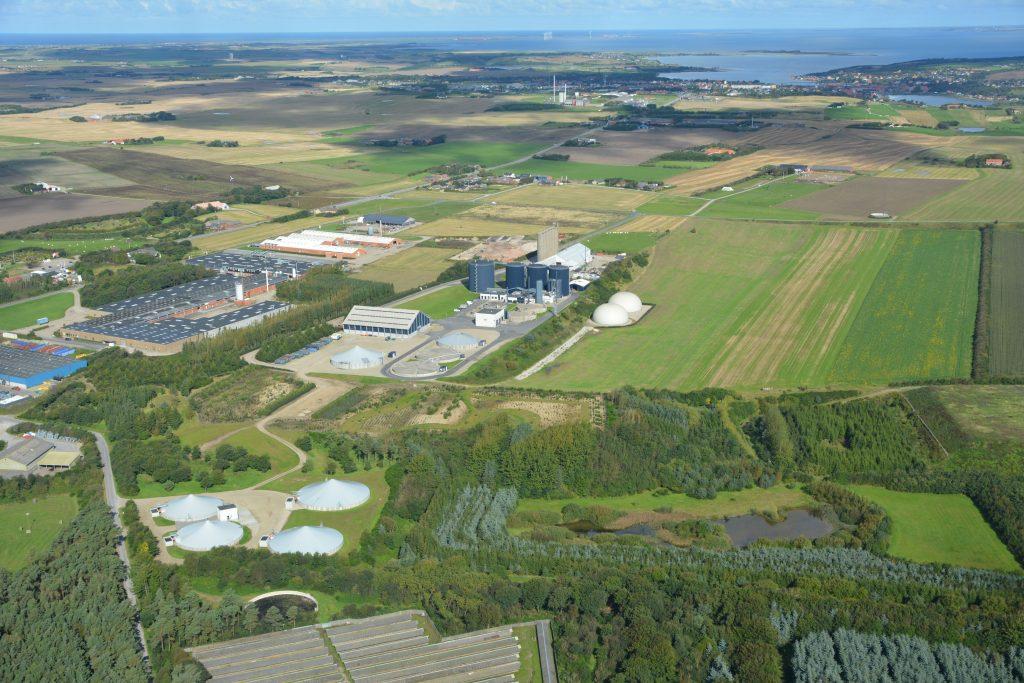 Lemvig Biogas luftfoto / aerial photo, Lemvig varmeværk og by i baggrunden, 15.09.2017 (6000x4000)