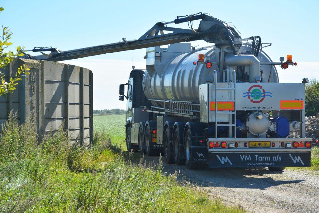 Lemvig biogas tankvogn ved gylletank (6000x4000)