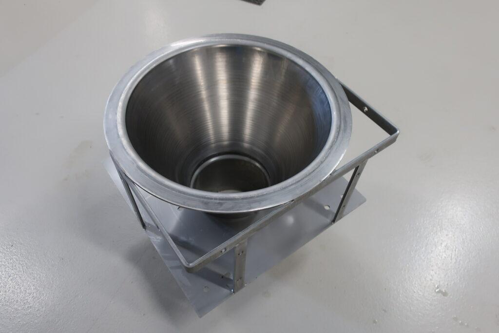 DN 250 rustfast sugetragt til gylle, vist med komplet sæt montagebøjler og overgang til DN 250 PVC rør - sælges hos Lemvig Biogas